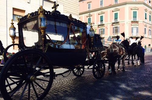 Carrozza con cocchiere e cavalli